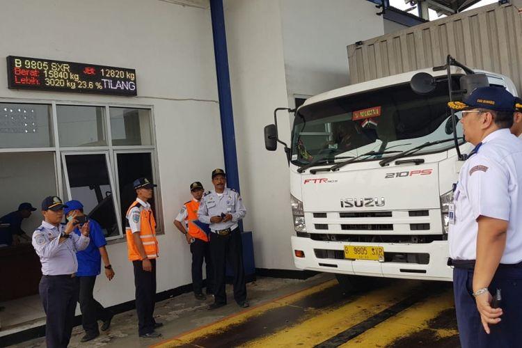 Petugas Kementerian Perhubungan melakukan pemeriksaan angkutan logistik yang kelebihan muatan dan kelebihan dimensi di jembatan timbang