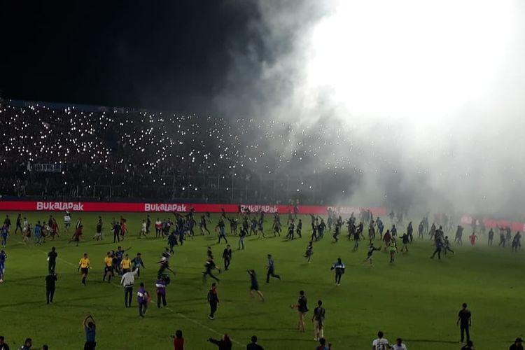 Para Aremania turun ke lapangan usai laga final Piala Presiden 2019 leg kedua antara Arema FC vs Persebaya Surabaya di Stadion Kanjuruhan, Malang, Jumat (12/4/2019). Arema menang 2-0 dan memastikan juara Piala Presiden 2019.