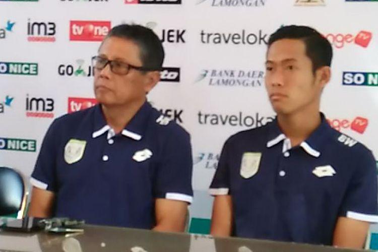 Pelatih Persela Lamongan Heri Kiswanto (kiri) dan Birrul Walidain, dalam sesi jumpa pers sebelum pertandingan lawan Bhayangkara FC, Minggu (16/7/2017).