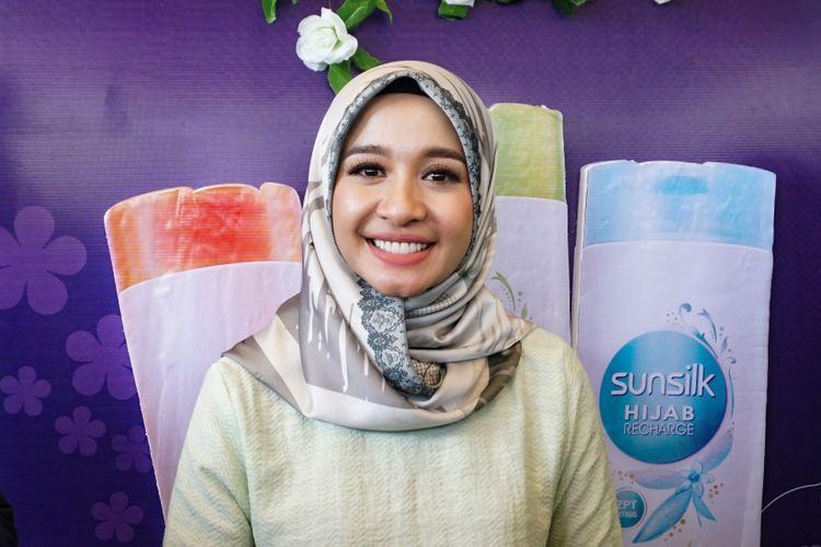 Artis peran Laudya Cynthia Bella menghadiri sebuah acara di Bintaro Xchange Mall, Bintaro, Tangerang Selatan, Minggu (11/2/2018).