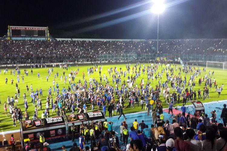 Situasi saat laga Arema FC kontra Persib Bandung ricuh dalam pertandingan lanjutan kompetisi Liga 1 di Stadion Kanjuruhan, Kabupaten Malang, Minggu (15/4/2018)