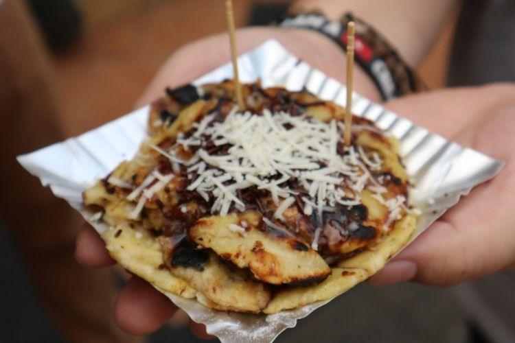 Pisang plenet kuliner tradisional yang melegenda di Semarang, kini penjualnya hanya sedikit bisa ditemui di Jalan Gajahmada dan Pasar Semawis Pecinan, Semarang, Kamis, (19/7/2018).