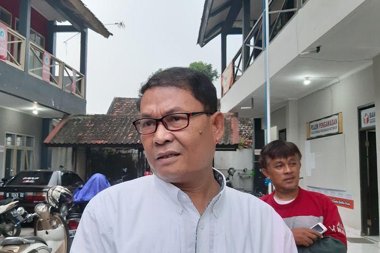 Kepala DPMPTSP Sumedang Ade Setiawan memilih irit bicara usai menjalani pemeriksaan di kantor Bawaslu Sumedang, Jumat (15/3/2019) petang.