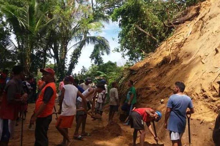 Warga di Kecamatan Leitimur Selatan bahu membahu membersihkan material longsor di wilayah tersebut, Rabu (30/4/2019). Selain longsoran tanah, bencana longsor juga terjadi di jalan raya di dua titik di Kecamatan tersebut