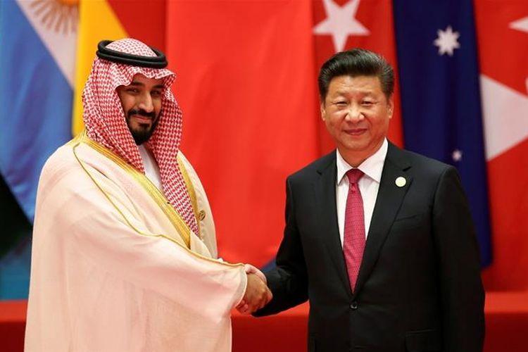 Putra Mahkota Arab Saudi Mohammed bin Salman (MBS) berjabat tangan dengan Presiden China Xi Jinping.
