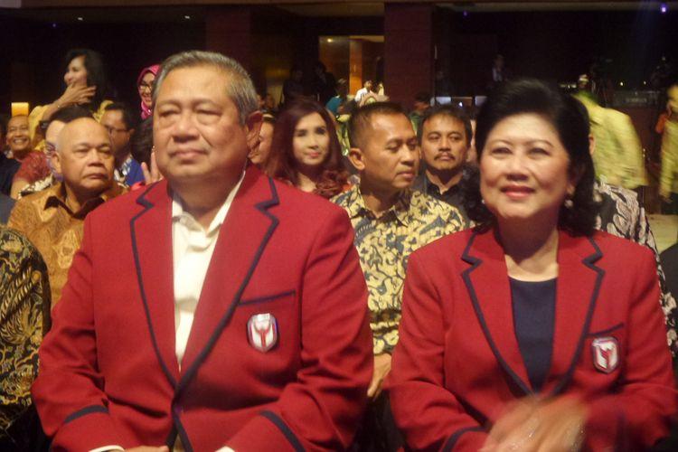 Ketua Umum Partai Demokrat, Susilo Bambang Yudhoyono (SBY) bersama istri, Ani Yudhoyono dalam acara launching The Yudhoyono Institute di Djakarta Theater, Jakarta Pusat, Kamis (10/7/2017).
