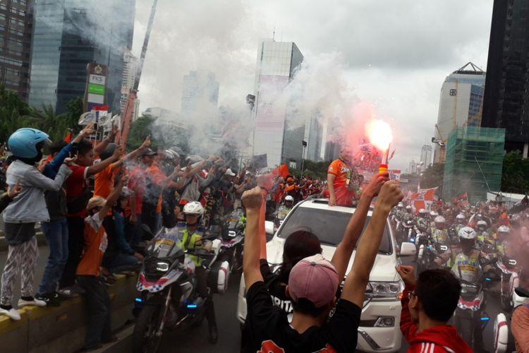 Suasana parade perayaan Persija Jakarta menjuarai Liga 1 di Jakarta, Sabtu (15/12/2018). Parade mengambil rute dari Plaza Barat Stadion Utama Gelora Bung Karno menuju Balai Kota.
