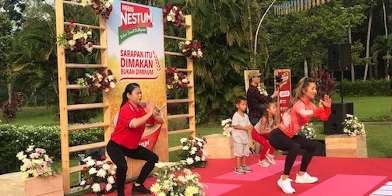 Jennifer Bachdim menjadi instruktur senam kepada peserta Nestum Amazing Morning di kompleks Candi Borobudur, Selasa (24/4/2019).