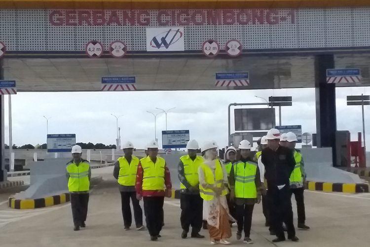 Presiden Joko Widodo didampingi jajaran menteri dan pejabat terkait meninjau Gerbang Tol Cigombong 1 usai meresmikan ruas tolBogor-Ciawi-Sukabumi seksi 1, Sabtu (1/12/2018).