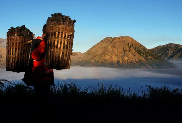 Gunung Bromo Erupsi, PVMBG Tingkatkan Status Jadi Waspada