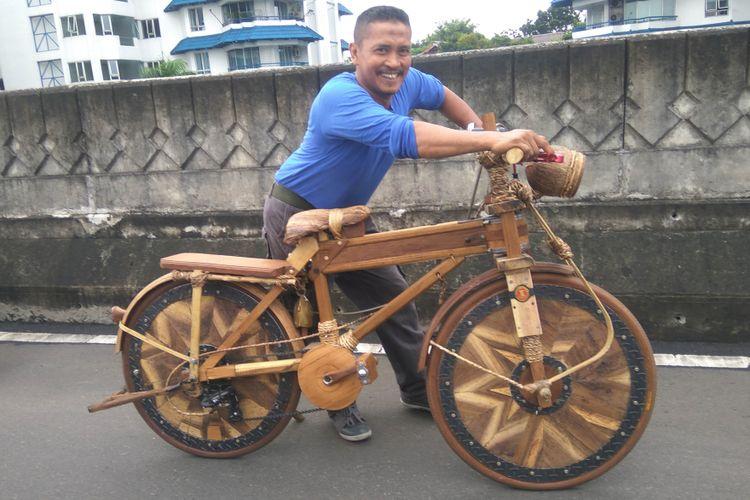 Supin pembuat sepeda kayu ikut ramaikan CFD Antasari di Jakarta Selatan, Minggu (14/1/2018)