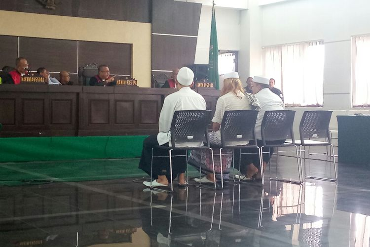 Bahar bin Smith (tengah) dan kedua rekannya tengah duduk di kursi pesakitan.