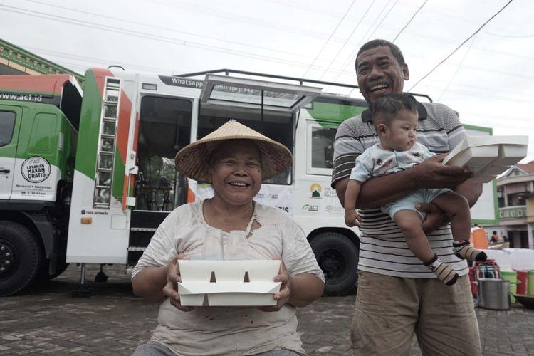 Arsip kegiatan Aksi Cepat Tanggap (ACT) membagi-bagikan bingkisan makanan kepada masyarakat yang membutuhkan.