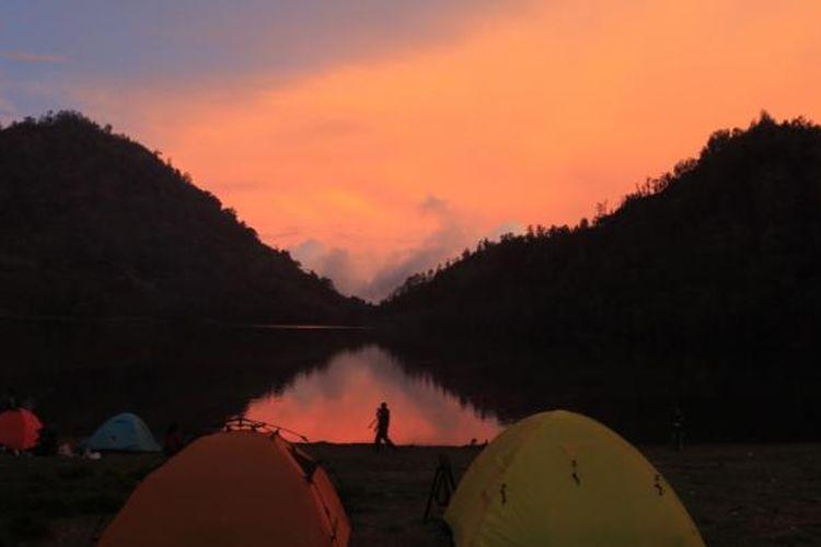 berkemah di Danau Ranu Kumbolo, Gunung Semeru, Lumajang, Jawa Timur, Selasa (15/11/2011). Ranu atau danau terbentuk di kawah Gunung Jambangan yang memadat. Danau ini menjadi tempat persinggahan para pendaki sebelum ke puncak Gunung Semeru.