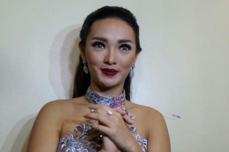 Penyanyi dangdut Zaskia Gotik saat diabadikan di Jakarta Convention Centre, Senayan, Jakarta, Rabu (11/1/2017).