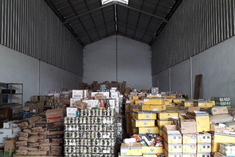 Gudang PT. PRS (Pandawa Rezeki Semesta) tempat penyimpanan produk makanan siap edar yang telah diganti label masa kedaluwarsanya. Foto diambil pada Rabu (21/3/2018).