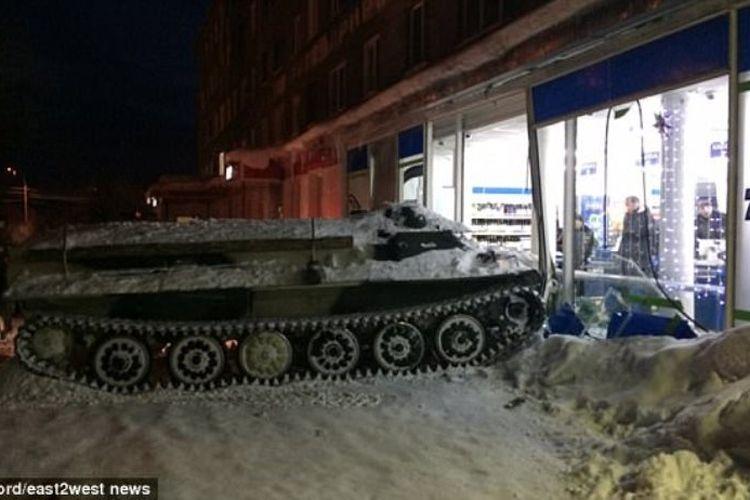 Tank jenis M-1970 yang ditabrakkan ke supermarket di kota Apatity, Rusia, Rabu (10/1/2018).
