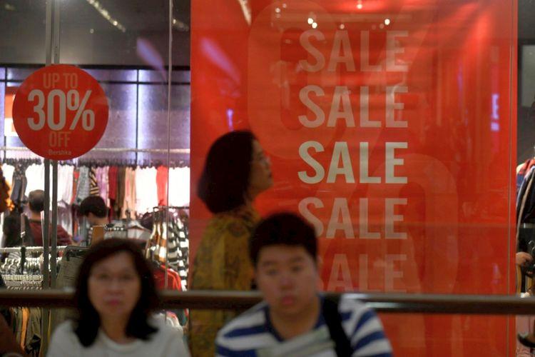 Potongan harga ditawarkan gerai busana di salah satu pusat perbelanjaan di kawasan Setiabudi, Jakarta Selatan, Minggu (23/12/2018). Sejumlah pengelola gerai fisik berlomba menawarkan kenyamanan berbelanja dan penawaran harga khusus untuk tetap menarik minat konsumen berbelanja di tengah persaingan pemasaran melalui platform e-dagang.