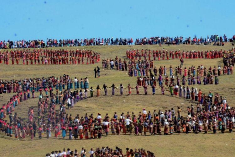 Ribuan warga dari Kabupaten Belu dan Timor Leste menampilkan tarian likurai di Puncak Bukit Fulan Fehan di Desa Dirun, Kecamatan Lamaknen, Kabupaten Belu, Nusa Tenggara Timur (NTT), Sabtu (28/10/2017).