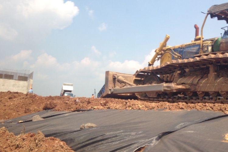 Sebuah traktor meratakan lahan yang nantinya akan difungsikan sebagai Jalan Tol Pemalang-Batang, Senin (22/5/2017).