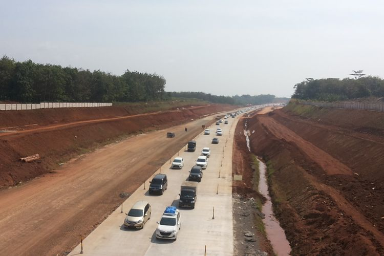 Antrean kendaraan yang hendak keluar ke jalan raya (belok kiri) di titik keluar Grinsing, tak jauh dari proyek pembangunan Jembatan Kalikuto, Batang-Kendal, Rabu (13/6/2018).