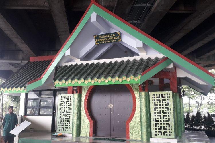 Tampak depan Musala Babah Alun AGP di kolong Tol Wiyoto Wiyono, Pademangan, Jakarta Utara, Rabu (6/2/2019).