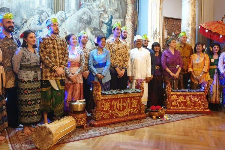Grup Gamelan Bali Puspa Sari kembali hadir di Italia setelah mati selama sekitar 20 tahun terakhir. Grup binaan KBRI Roma ini beranggotakan warga Italia dan masyarakat Indonesia setempat. Mereka mempromosikan budaya Indonesia, khususnya melalui musik gamelan dan tarian Bali.