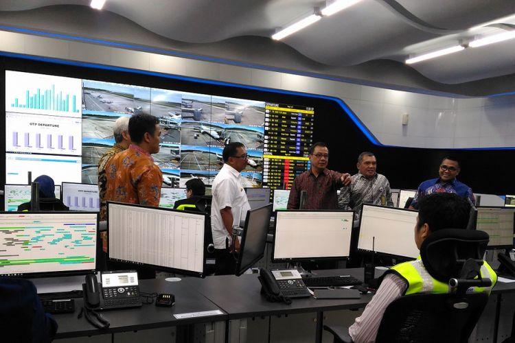 Direktur Utama PT Angkasa Pura 1 (Persero) Faik Fahmi meninjau kegiatan di Airport Operation Control Center (AOCC) Bandara Sultan Aji Muhammad Sulaiman di Sepinggan, Balikpapan, Jumat (2/3/2018)