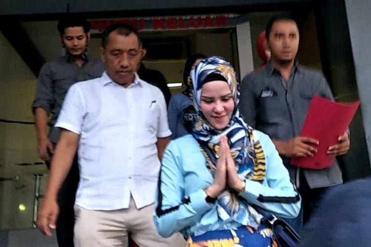 Angel Lelga usai melaporkan Vicky Prasetyo ke Polda Metro Jaya, Rabu (21/12/2018). Laporan ini terkait peristiwa penggerebekan yang dilakukan suaminya itu di kediamannya pada Senin (21/11/2018) lalu.