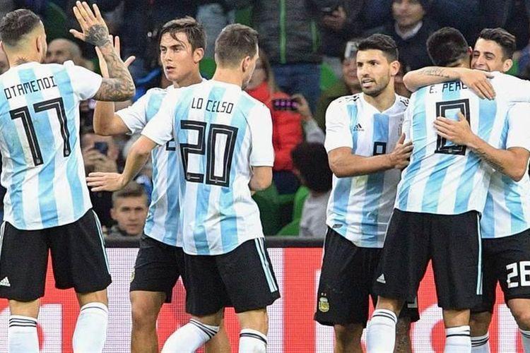 Para pemain Argentina merayakan keunggulan atas Nigeria pada laga uji coba di Krasnodar, Selasa (14/11/2-17).