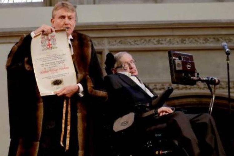 Stephen Hawking saat menerima Kebebasan Kehormatan di Kota London pada tahun 2017, oleh Chamberlain dari Kota London Peter Kane.