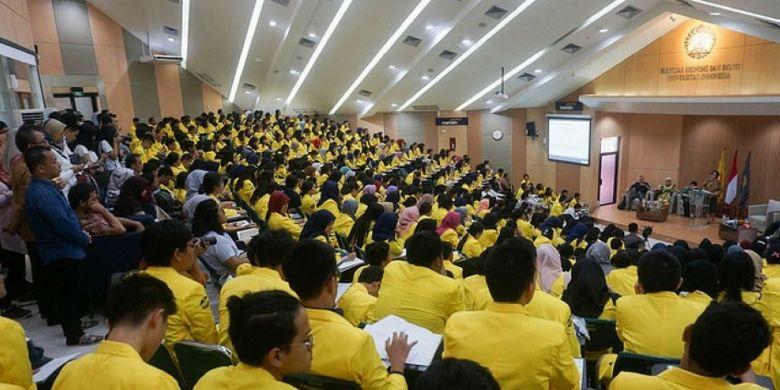 Mahasiswa Universitas Indonesia mengikuti kuliah umum.