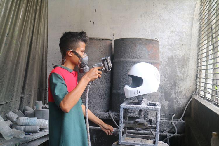 Proses pengerjaan helm custom di bengkel Trooper di Kota Solo, Jawa Tengah. Untuk satu helm, perlu waktu pembuatan selama 2-3 minggu dan dijual dengan kisaran harga Rp 650.000- Rp 1,5 juta.