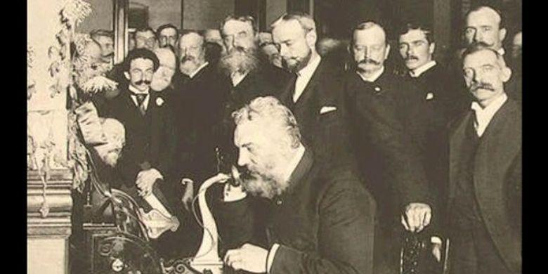 Alexander Graham Bell (duduk) saat membuka jaringan telepon jarak jauh dari New York ke Chicago pada 1892.