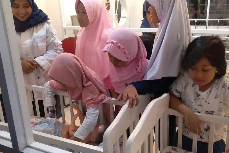 Anak-anak tengah bermain sambil belajar di Bandung Champion City (BCC). BCC merupakan replika kota metropolitan mini untuk anak-anak yang dirancang sistematis dan realistis serupa dengan tatanan dan struktur kota sebenarnya.