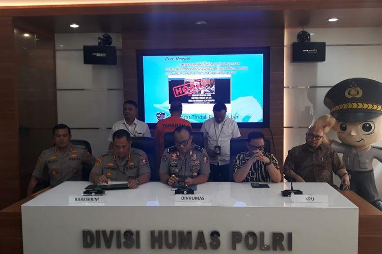 Kasubdit II Direktorat Tindak Pidana Siber Bareskrim Polri Kombes Rickynaldo Chairul (paling kiri) saat konferensi pers di Gedung Humas Mabes Polri, Jakarta Selatan, Senin (17/6/2019).