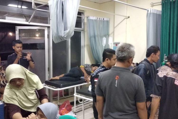 KPU Kabupaten Bogor menjenguk sejumlah petugas yang tengah dirawat di rumah sakit Kecamatan Cariu Kabupaten Bogor, Kamis (18/4/2019)