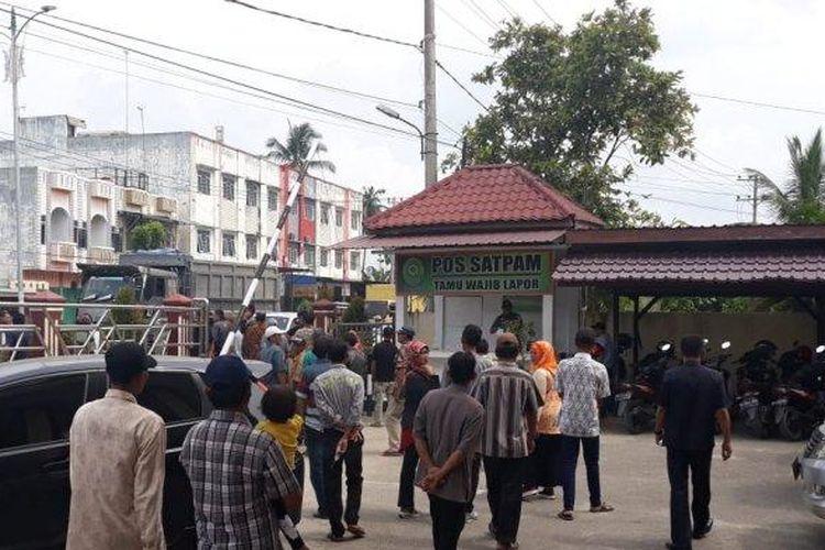 Warga dari Kemukiman Saptajaya mendatangi PN Kualasimpang untuk memberi dukungan moril kepada Juparto yang menghadapi gugatan Rp 1 miliar, Rabu (10/7/2019).