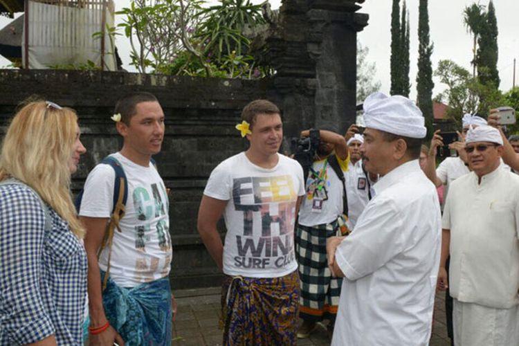 Menteri Pariwisata Arief Yahya memastikan suasana Pulau Bali betul-betul aman. Dia berkunjung hingga ke Pura Besakih, yang jaraknya hanya 9 km dari pusat erupsi Gunung Agung dan berbincang-bincang dengan wisatawan, Kamis (5/10/2017).