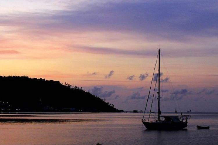 Panorama senja di perairan Tarempa, Anambas, Kepulauan Natuna, Provinsi Kepulauan Riau. Selain memiliki pesona keindahan alam, letak strategis Anambas yang berada di perbatasan negara tetangga membuat wilayah ini rawan terjadi pelanggaran kedaulatan negara.