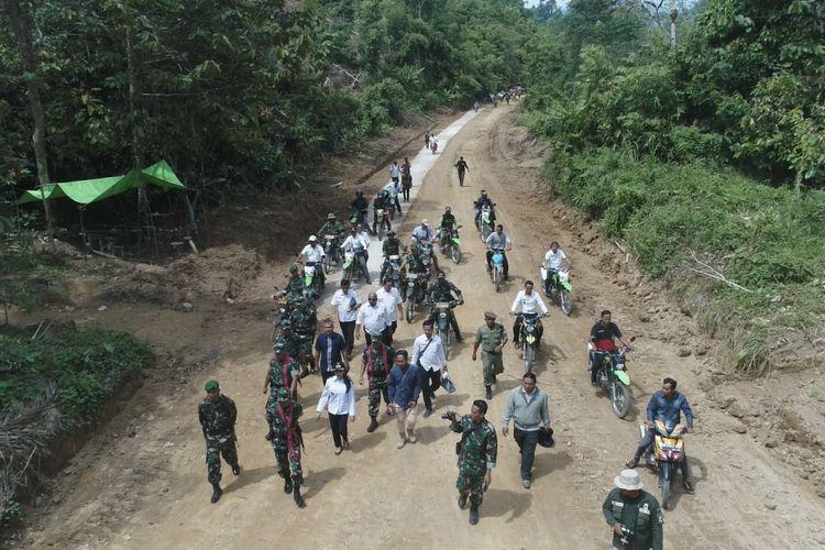 Jalan yang dibangun dalam program TMMD ke 102 yang dilaksanakan Kodim 1201/Mempawah di Desa Sempatung, Kecamatan Air Besar, Kabupaten Landak (8/8/2018)