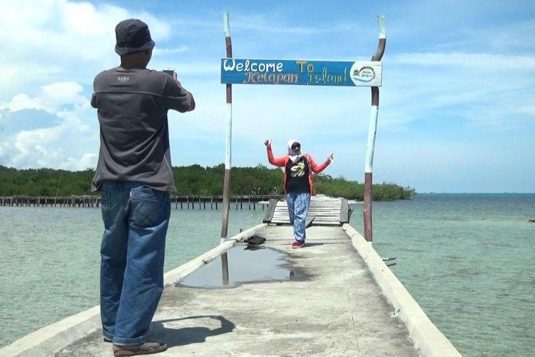 Plang nama Pulau Kelapan di Kabupaten Bangka Selatan, Kepulauan Bangka Belitung, menyambut para pengunjung.