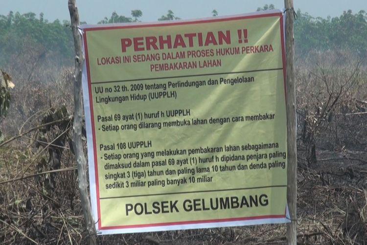 Spanduk penanda  bahwa lahan ini sedang dalam proses hukum Polres Muara Enim dalam perkara kebakran lahan sudah terpasang di lokasi yang terbakar