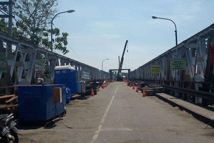 Jembatan Cincin Lama di Kabupaten Lamongan, Jawa Timur, masih dalam perbaikan menjelang penyelesaian yang ditargetkan H-10 Lebaran, Jumat (11/5/2018).