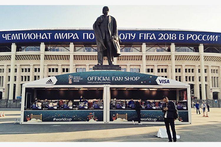 Patung Vladimir Lenin berdiri di depan Stadion Luzhniki, arena pembukaan dan final Piala Dunia Rusia. Arena di Moskwa yang dahulu dinamai Stadion Lenin itu merupakan kembaran dan sumber inspirasi pembangunan Stadion Utama Gelora Bung Karno, Jakarta.
