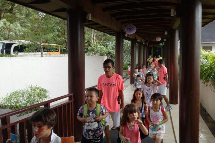 Mini club dengan berbagai aktifitas anak mulai dari kelas balita hingga remaja tersedia di Club Med Bintan. Puluhan anak dari berbagai negara yang termasuk dalam kategori 4- 7 tahun keatas masuk dalam mini club, sedang bermain dengan Gentle Organizer (GO), Club Med Bintan, Selasa (29/8/2017).