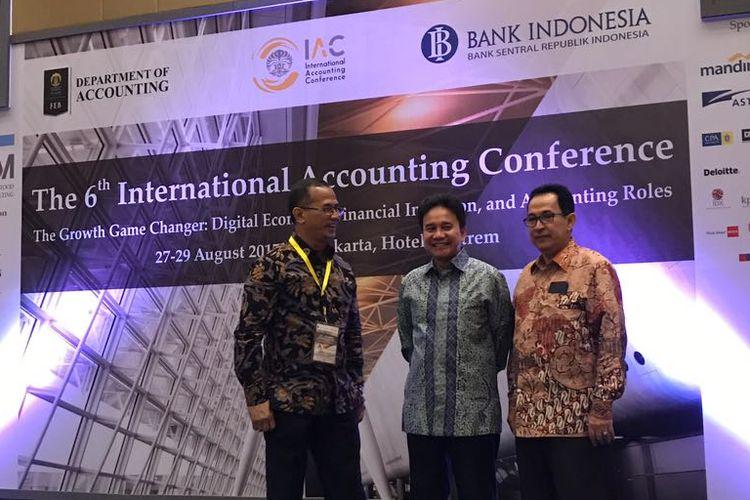 Deputi Gubernur Senior Bank Indonesia (BI) Mirza Adityaswara (tengah) pada seminar internasional The 6th International Accounting Conference di Hotel Tentrem Yogyakarta, Senin (28/8/2017).