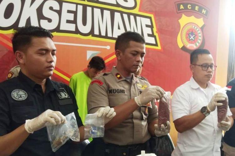 Polisi memperlihatkan barang bukti pengungkapan pabrik ekstasi dan tersangka di Mapolres Lhokseumawe, Aceh, Kamis (18/7/2019)