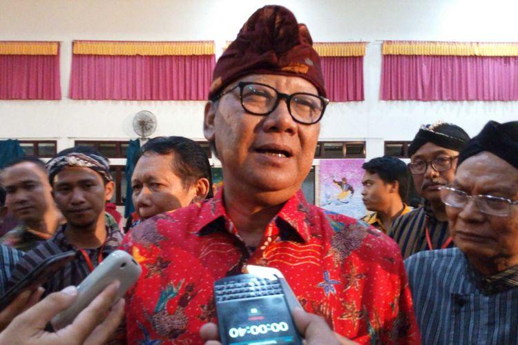 Menteri Dalam Negeri (Mendagri), Tjahjo Kumolo meresmikam patung dr Tjipto Mangoenkoesoemo di simpang tiga Tugu Jam Pasar Gamblok Ambarawa, Sabtu (3/3/2018) malam.