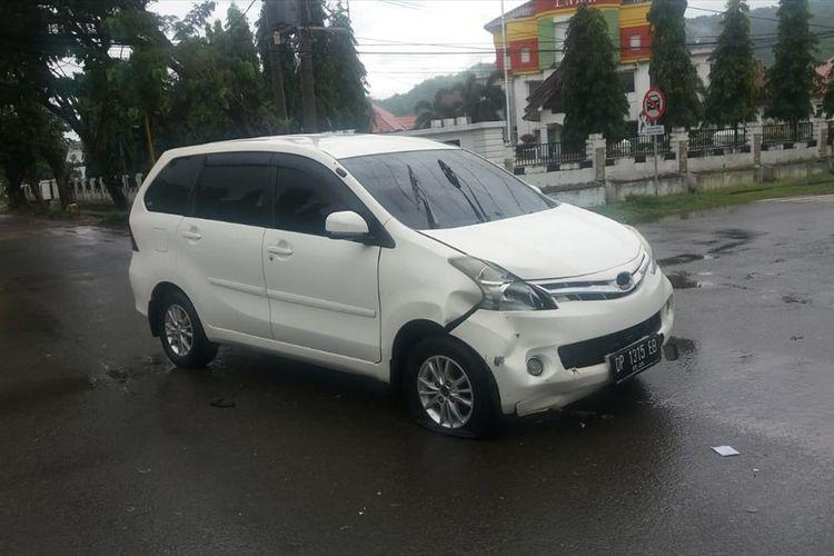 Pengemudi mobil Avansa diduga melarikan diri usai menabrak pengendara roda dua di simpang empat kompleks perkantoran Bupati Luwu, Selasa (16/07/2019)